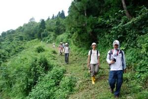栃窪集落を一望できる樽山に登り、散策コースや絶景ポイントを見て回りました。