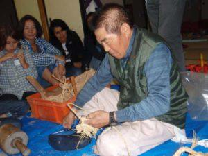 ワラジを作っているところです。参加者は徳治さんの手さばきのあざやかさに感嘆の声をあげていました。