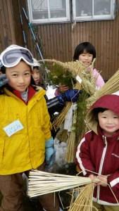 さいの神で燃やす正月飾り。子どもたちが集落の家々をまわって集めました。