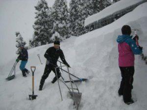 高齢者宅での雪掘りの様子