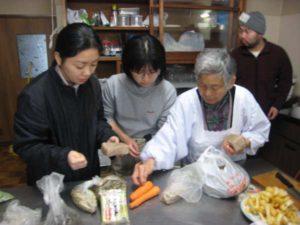 集落の女性から料理方法を聞く