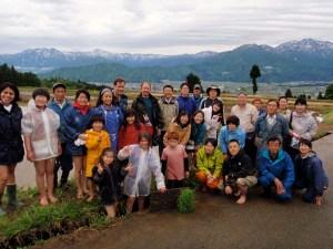 田植え後の集合写真。国際色豊かな参加者たちが集まりました。