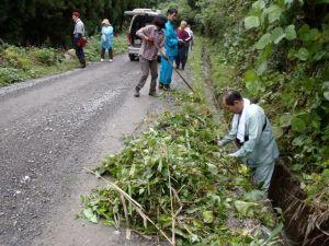 集落の共同作業に加わって、水路の整備を手伝いました。
