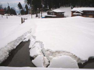 田んぼには雪どけ水が流れ込み、下の方からじわじわととけてきています。