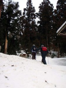 もちを背負って峠の頂上の観音様までお供えに行きます。昔から使われていた道だそうですが…雪が積もっていてどこが道なのかよくわかりません。