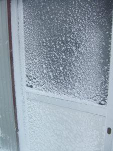 吹雪が吹きつけて白くなった戸です。