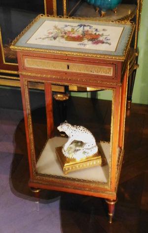 table Martin Carlin 18e Louvre porcelaine de Sèvres