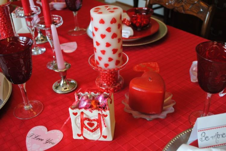30 cool and beautiful valentine 39 s day table decorations for Red centerpieces for dining room tables