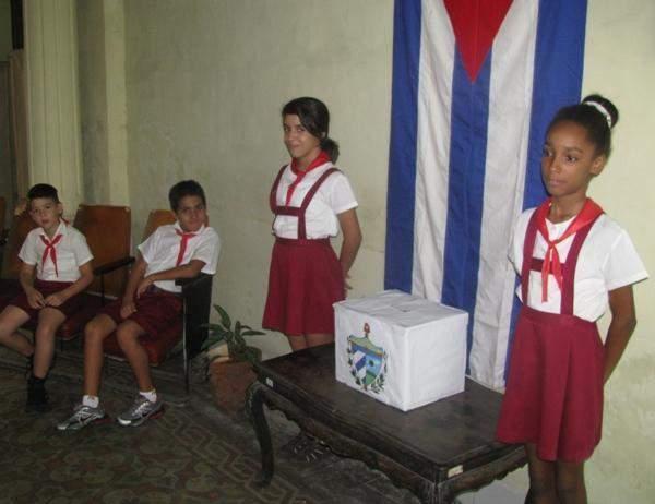 Tradicionalmente las urnas electorales son custodiadas por pioneros.