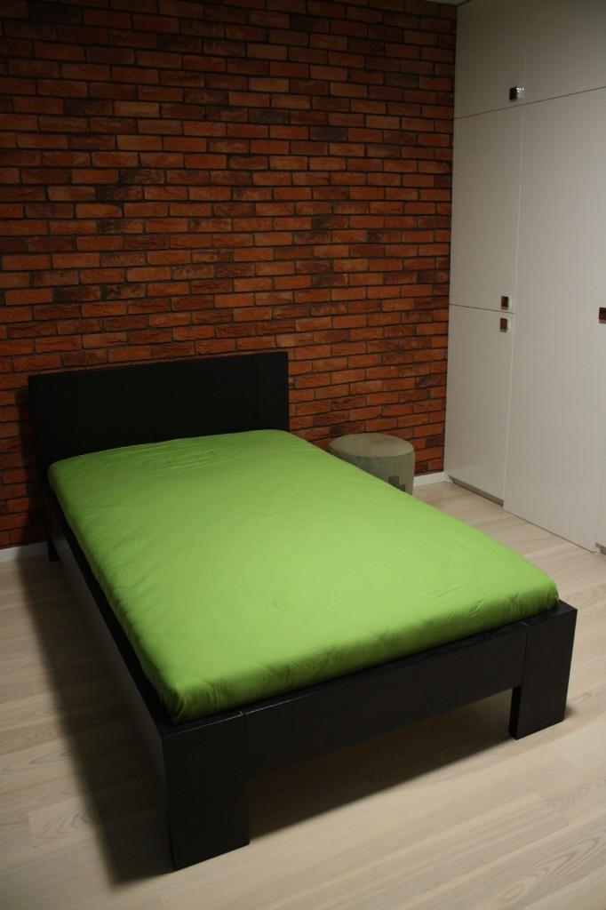 łóżko drewniane czarne