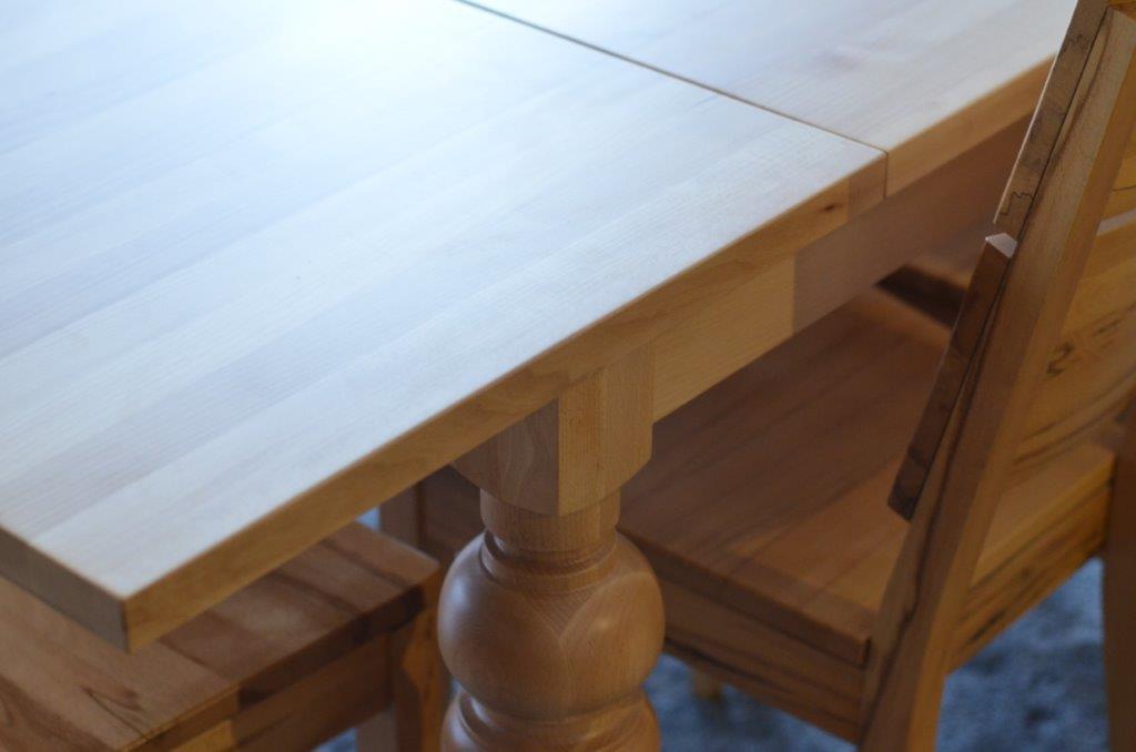 stół z nogami toczonymi