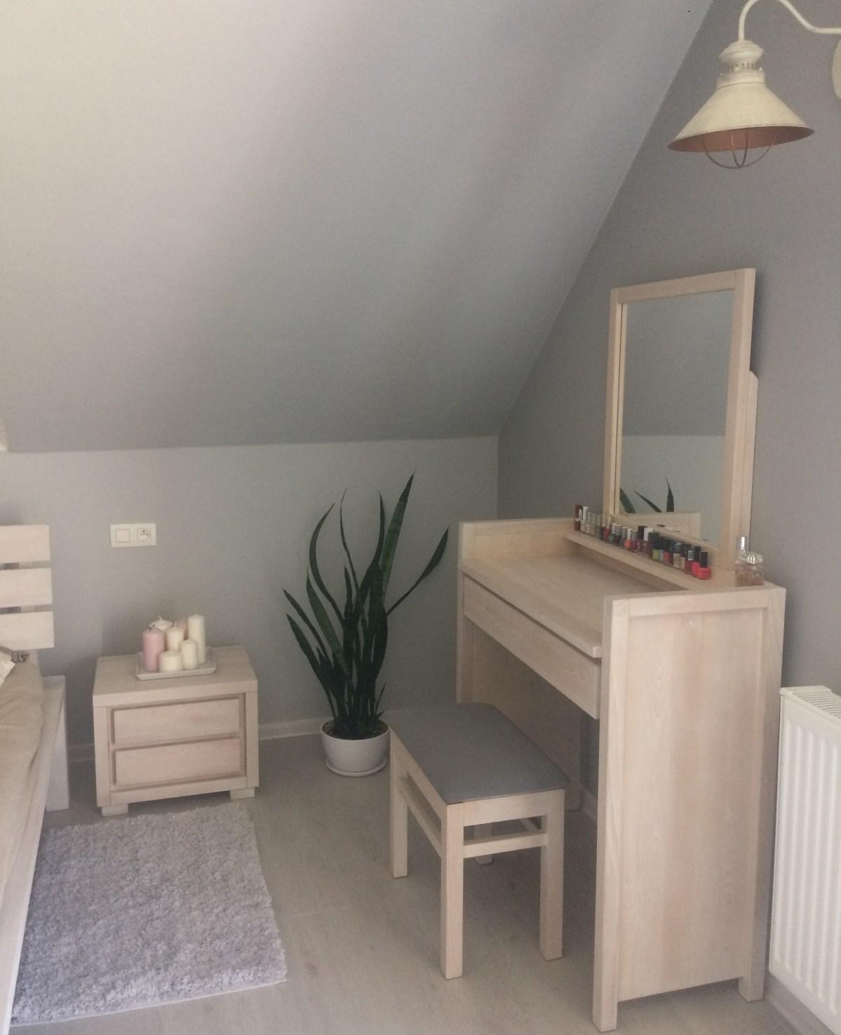 toaletka w sypialni drewno bukowe kolor bielony