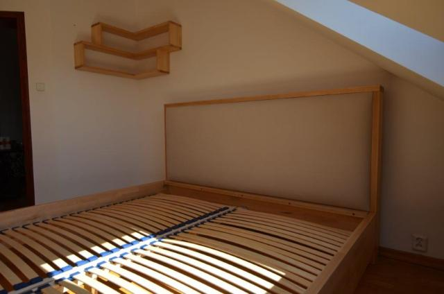 łóżko bukowe z tapicerką