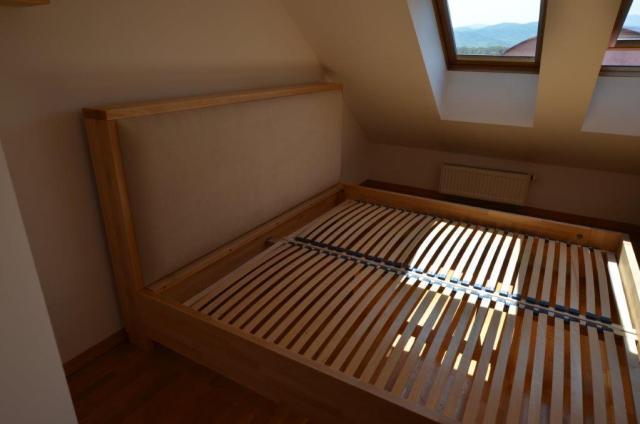 łóżko z tapicerowanym oparciem