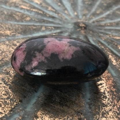rhodoniet handsteen gepolijst mineralen