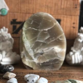 maansteen sculptuur garneriet mineralen