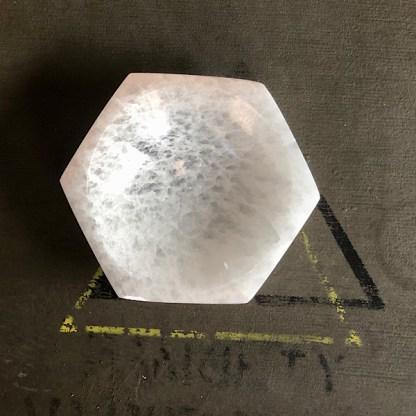 seleniet wit schaaltje hexagon mineralen satijnspaat