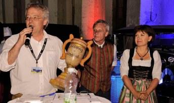 Die glücklichen Gewinner (Hannes Rambold ganz li. und Connie Rambold ganz re.) der EdelweißClassic 2014 bei der Entgegennahme des handgefertigten Pokals für den 1. Platz.