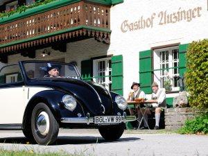 Titelmotiv mit einem VW Käfer Hebmüller Cabrio Bj. 1951 für die EdelweissClassic 2017 - Der Traum vom Autofahren mit Herz | Photo: Uwe Kurenbach