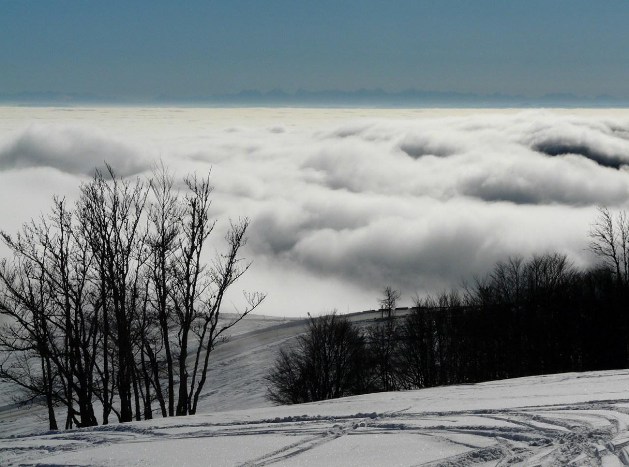 La plaine d'Alsace dans le brouillard et les Alpes suisses en arrière plan