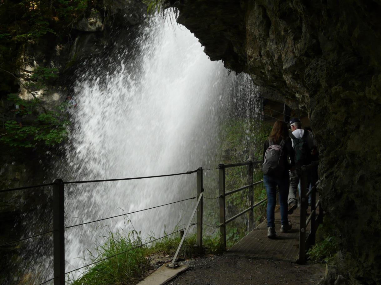 Passage derrière l'une des cascades de Giessbach