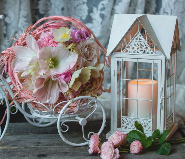 Composizione con fiori artificiali e candela