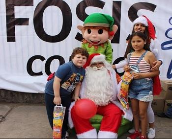 Navidad anticipada ofreció el FOSIS a familias del Barrio El Colorado y Cerro La Cruz
