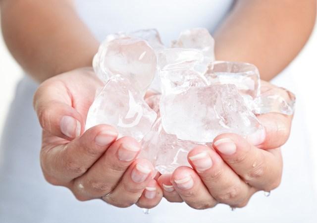¿Necesitas hacer cubitos de hielo rápidamente? ¡Prueba con agua caliente!