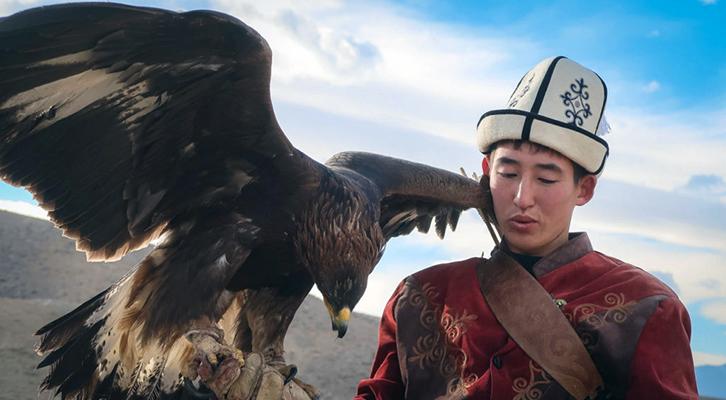 Sovietistan di Erika Fatland. Cacciatore con l'aquila in Kirghizistan.