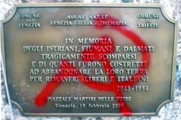 La targa del monumento in ricordo della tragedia delle Foibe imbrattato a Venezia