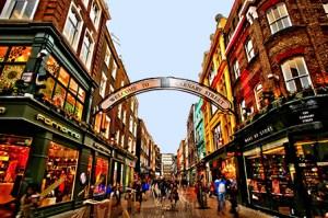 Carnaby Street a Londra, ricca di ristoranti e negozi di grandi catene