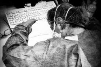 Epidemia Covid-19. La foto dell'infermiera dell'Ospedale di Cremona che stremata si accascia sulla testiera