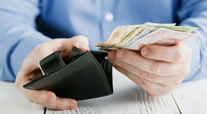 Meglio pagare in contanti! Con la carta di credito finiamo per spendere di più...