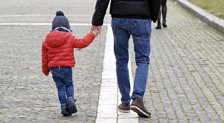 Covid-19. Affermazioni e smentite sull'ok alla passeggiata con il figlio