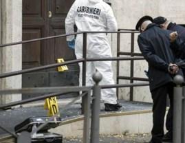 Arrestati 7 anarchici del c.s. Bencivenga occupato. Il portone della caserma di CC di San Giovanni dopo l'attentato del 2017