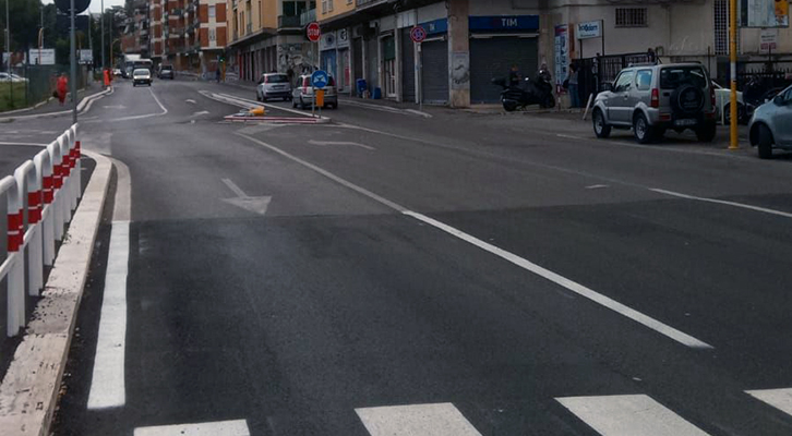 In via della Bufalotta creato un pericoloso e inutile dente d'asfalto
