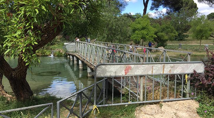 Villa Pamphili. Resta transennato il ponticello sul laghetto