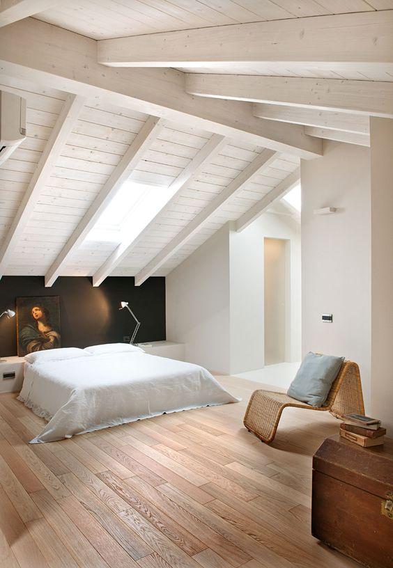 Camera da letto con pavimento in legno
