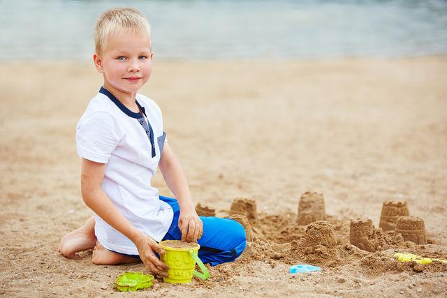 Давно подмечено, что игры с песком помогают развить мелкую моторику и действуют на детей умиротворяюще