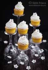 Cupcakes cu mascarpone si apa de portocal