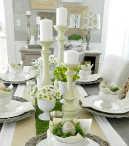 λευκό τραπέζι με μαργαρίτες