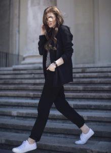 ίσιο μαύρο παντελόνι sneakers μαύρο σακάκι