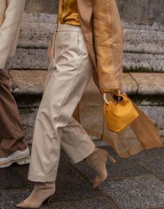 μπεζ παντελόνι, κίτρινο τσαντάκι