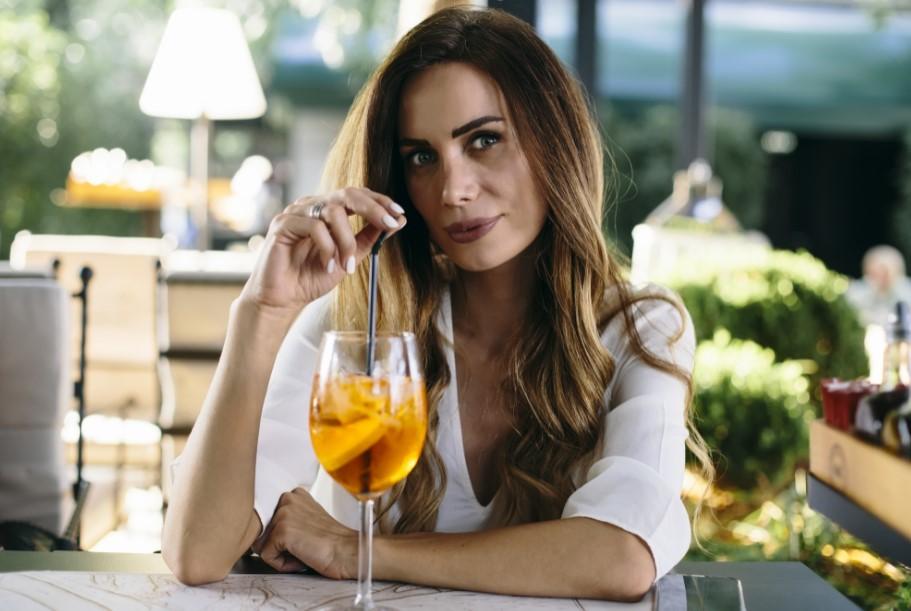 γυναίκα πίνει ποτό