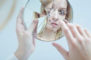 γυναίκα σπασμένος καθρέπτης σημάδια νάρκισσος