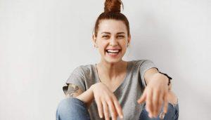 χαμογελαστή γυναίκα