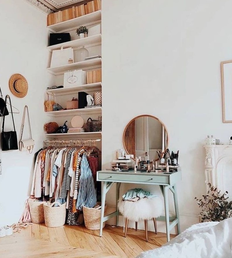 ντουλάπα και ράφια στο άνοιγμα τοίχου