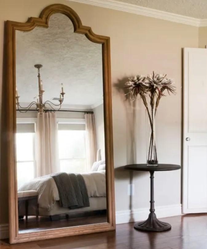 μικρό δωμάτιο με καθρέφτη