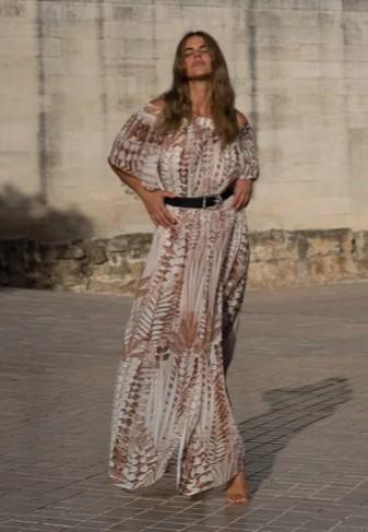 μακρύ φόρεμα εμπριμέ με ώμους έξω