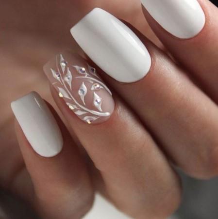 λευκά νύχια νύφης με ανάγλυφα σχέδια